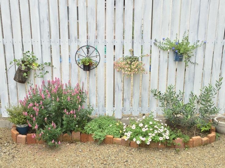モルタルを使わないので多少歪んできたりもしますが、それも味!手軽にトライできるできるレンガの花壇です。