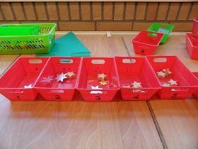 * Sterren tellen! Op de rechthoekige staan een hoeveelheid stippen en bijbehorende cijfers. De kinderen kunnen in elk bakje evenveel sterren doen, goede teloefening!
