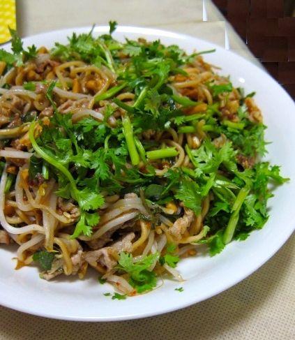 蒸し暑い夏にシャキシャキの野菜と香草でエスニックな焼きそばを。 ベトナム風なのでもやしもほぼ生のシャキシャキ感を大切に。  【ベトナム風焼きそば】  <材料> 蒸し麺 1玉 豚バラ肉 100g おろししょうが 適量 エビ   50g もやし  一袋 胡麻油 大さじ1 日本酒 小さ...