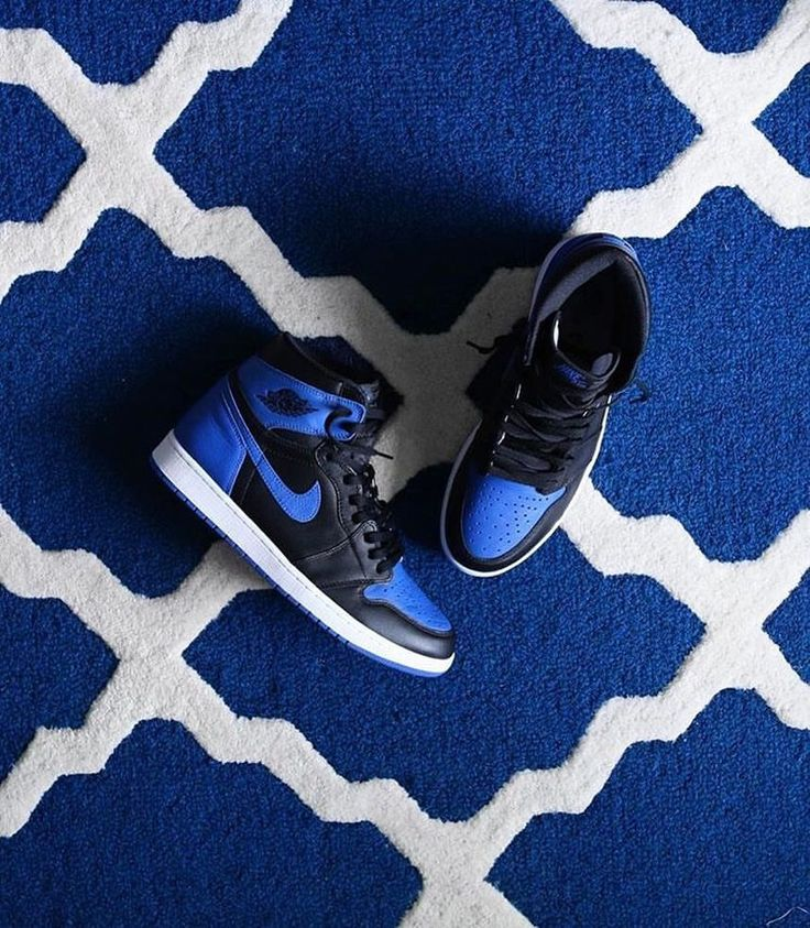 The carpet matches the drapes 🔵⚪️ 📸 @debtvibes #