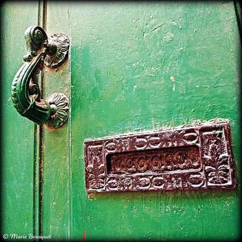 Heurtoir et boite aux lettres sur porte ancienne