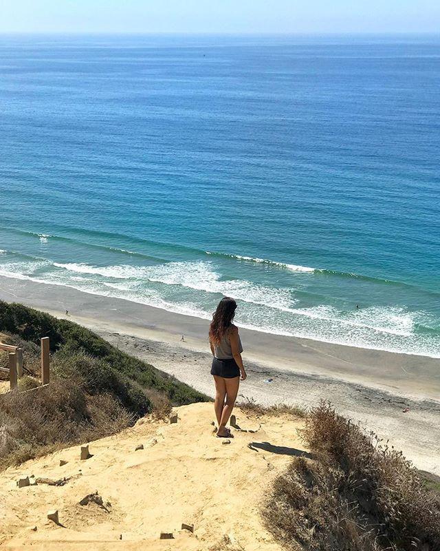 Mar doce lar 💙 #california4fun 📍Mini trilha para Black's beach. Fui do Gliderport em La Jolla. Tem uma escadaria mas achei tranquila 😁 . . . . . . . . . . . . . . . . #sandiego #mysdphoto #Sandiego_ca #trilhandomontanhas #sobrelugares @pagevibe @fantastic_earth #blogmochilando #awesomelifestyle #fantrip @theoutbound #theoutbound #umaviagem #visitsd #revistaqualviagem #destinosesonhos #achadosdasemana #queroviajarmais #livewithoutlimits #extraordinaryexplorer @royalcaribbeanuk #vacations…