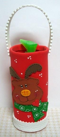 """Uma fofura!  Lindo porta sabonete líquido confeccionado em e.v.a.   O presente já vai prontinho, pois o kit contém: embalagem em e.v.a + porta sabonete em plástico transparente + 120 ml de sabonete líquido de erva doce.  É só escrever o cartãozinho e presentear quem você quer ver """"cheiroso"""" nesse Natal.  Você ainda pode escolher o tipo de aplique : Papai Noel, Mamãe Noel, Boneco de Neve ou Rena (foto). R$15,20"""