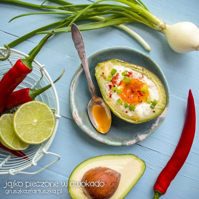Przepis na zdrowe śniadanie - jajko pieczone w awokado z papryczką chilli i szczypiorkiem.