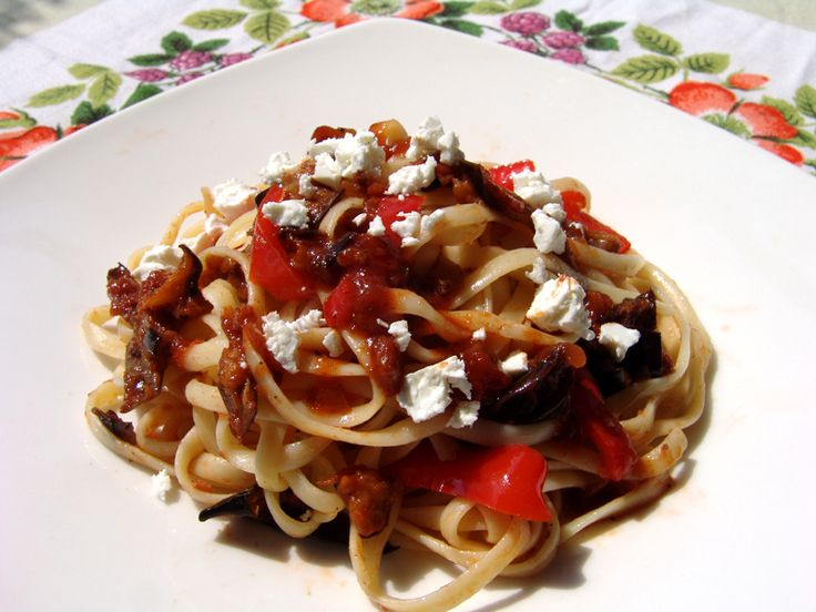 Linguini with eggplants in tomato sauce is a very tasty dish, extremely easy to make with very few ingredients. It can also be enjoyed by vegetarians as well as anybody else who would like to enjoy a tasty, light lunch or dinner. Instead of linguini