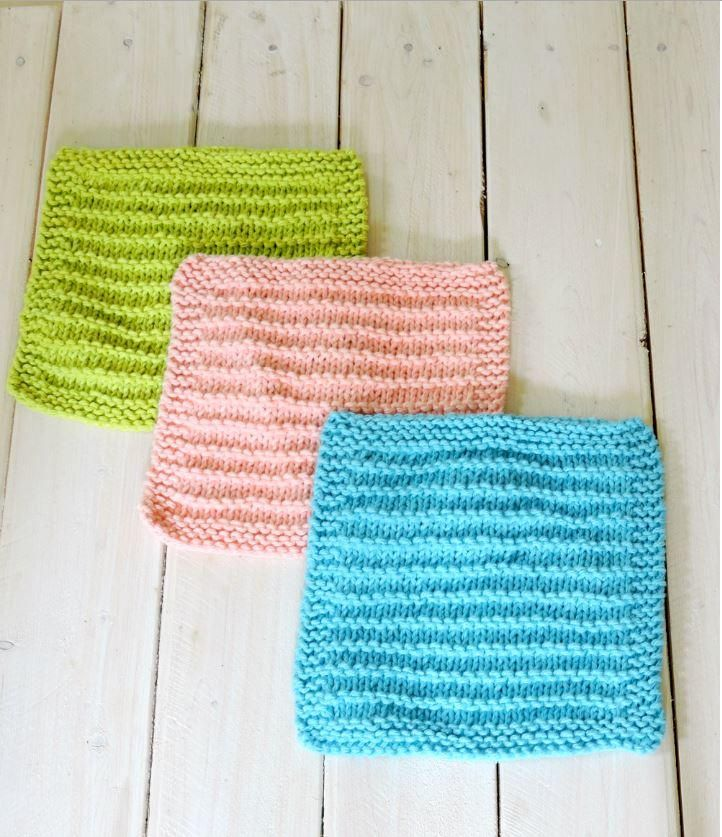 Easy Farmhouse Kitchen Dishcloths | This dishcloth knitting pattern is easy and perfect for beginners.