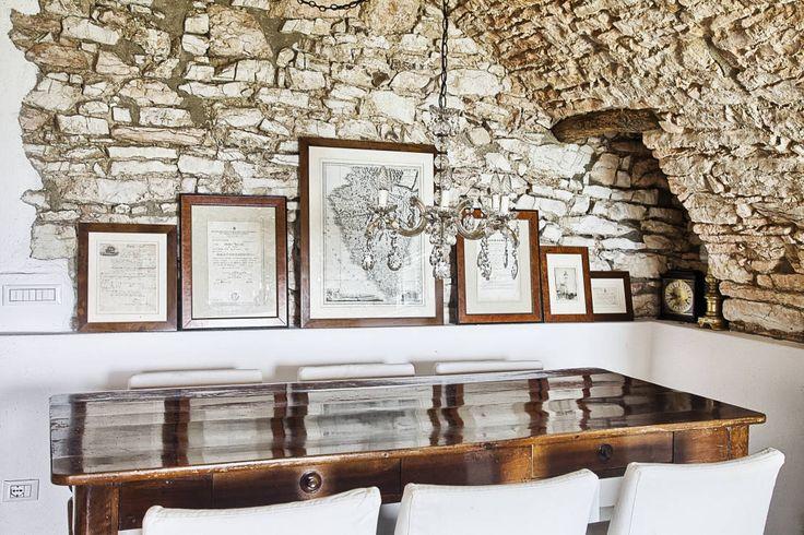 RISTRUTTURAZIONE: una casa da monte affacciata sul lago : Soggiorno in stile rustico di STUDIO PAOLA FAVRETTO SAGL - INTERIOR DESIGNER