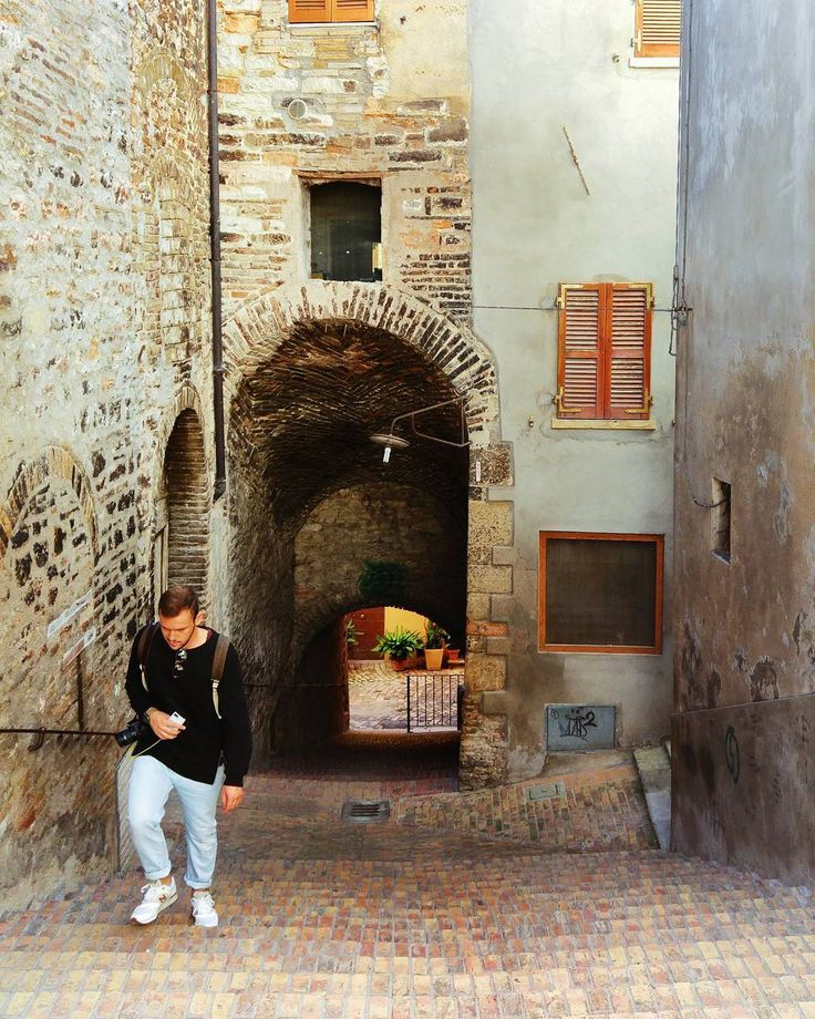 In the city of Fossombrone with @elhamhoxhalli . #italia #italy #fossombrone #marche #vsco #volgomarche #oldtown #town #italian_trips #italian_places #italian_landscapes #gf_italy #gf_italia #italia365 #italy_vacations #europe #livefolk #instagramitalia #friend #friends #lights #sun #city #windows #love #paradise #traveling #travel #landscape #arches