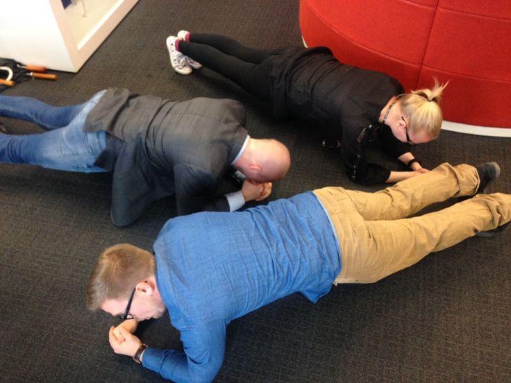 Työhyvinvointi ennen kaikkea. Lankutushaaste osui sopivasti juuri lounaan jälkeen. Janne, Jonna ja Ville näyttävät mallia.