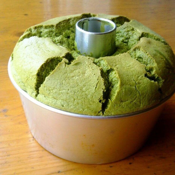 以前投稿した、少ない材料で簡単に♪ メレンゲ以外はぐるぐる混ぜるだけ~( ´艸` ) しっとりふかふか♡基本のバニラシフォンケーキ♡の抹茶バージョンです(*^^*) 生クリーム&小豆と一緒に食べたら♪ おいしかったー(о´∀`о)♪