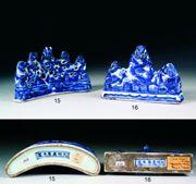 Tajan - Arts d'Asie Pose-pinceaux en porcelaine moulée et émaux sous couverte bleu sur fond blanc, à décor de trois dragons à cinq griffes, évoluant parmi nuages et ruyi, formant trois pics montagneux dont la silhouette évoque le caractère shan (montagne). La base est en forme de table de lettré. Marque horizontale sous la base à six caractères kaishu. Chine, marque et époque Wanli (1573-1619). Long. 16 cm  Est.  3 500/4 000 euros Vendu  38 229 euros le 15 décembre 2007