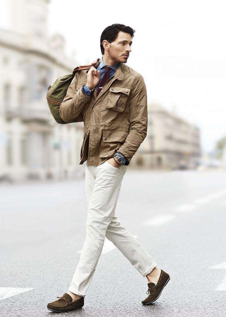 スリッポンスニーカーの注目と同時に人気を集めている革靴「モカシン」。気軽に履けるだけでなく足元に抜け感を演出してくれる魅力的なシューズだ。今回は、モカシンにフォーカスして注目の着こなしやアイテムを紹介! モカシンとは 一枚革で作られたスリッポン形式の靴のことを指す。古来の原形は、鹿などの一枚革で足を包むように形成されたものだったが、後につま先をU字形に縫合するタイプなどが作られたため、現在ではこれらを含めてモカシンという総称になっている。現代では、側部と底部が一枚革で作られ、U字型の甲革が「モカシン縫い」で縫合されているものはモカシンと呼ばれている。デッキシューズやドライブシューズもソールに違いがあるものの、アッパーにモカシン縫いが施されていればモカシンと呼ばれる場合も存在するため定義の幅は広い。 aliexpress モカシン コーデ 紹介 モカシン縫いがアッパーに施されたシューズにフォーカスして、注目の着こなしをピックアップ! モカシン×ホワイトパンツ×ミリタリージャケットコーデ…