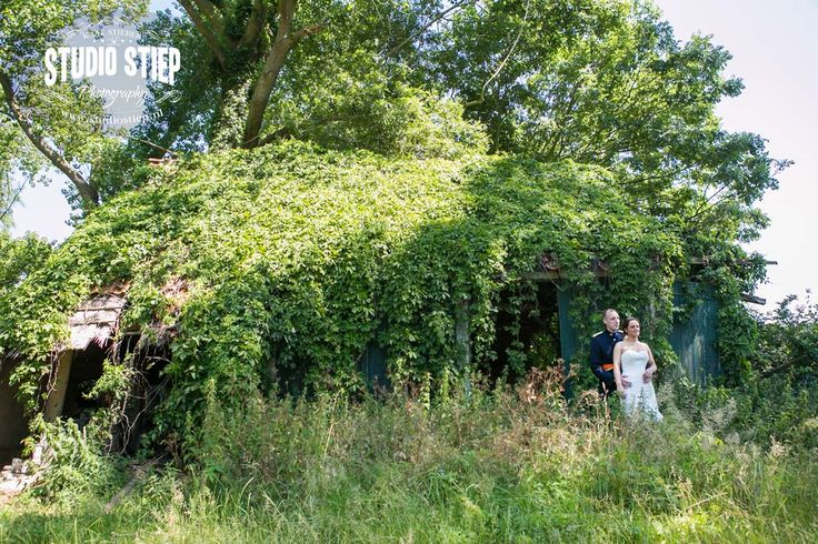 #bruidsfoto #bruidsfotografie #hellevoetsluis #vesting #prinsenhuis #boerderij #trouwfoto #fotograaf-hellevoetsluis  Het is alweer een prachtige dag met hoge temperaturen. Kim en Bas hebben al een mooi gezin, niet voor niets dat ook de(bruids) kinderen deze dag onderdeel zijn van de ceremonie en de fotoshoot in Hellevoetsluis. Extra bijzonder is dat Bas, beroepsmilitair, volgens traditie trouwt in…