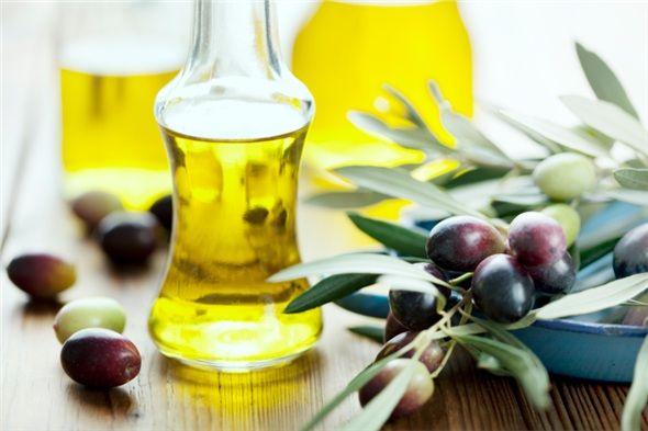 Zeytinyağı: Kalp krizi riskini azaltmaya yardım eden, Akdeniz beslenmesinde önemli yeri olan zeytinyağı, insülin direncini düşürerek, kan şekerini düzenli tutmaya yardım eder.