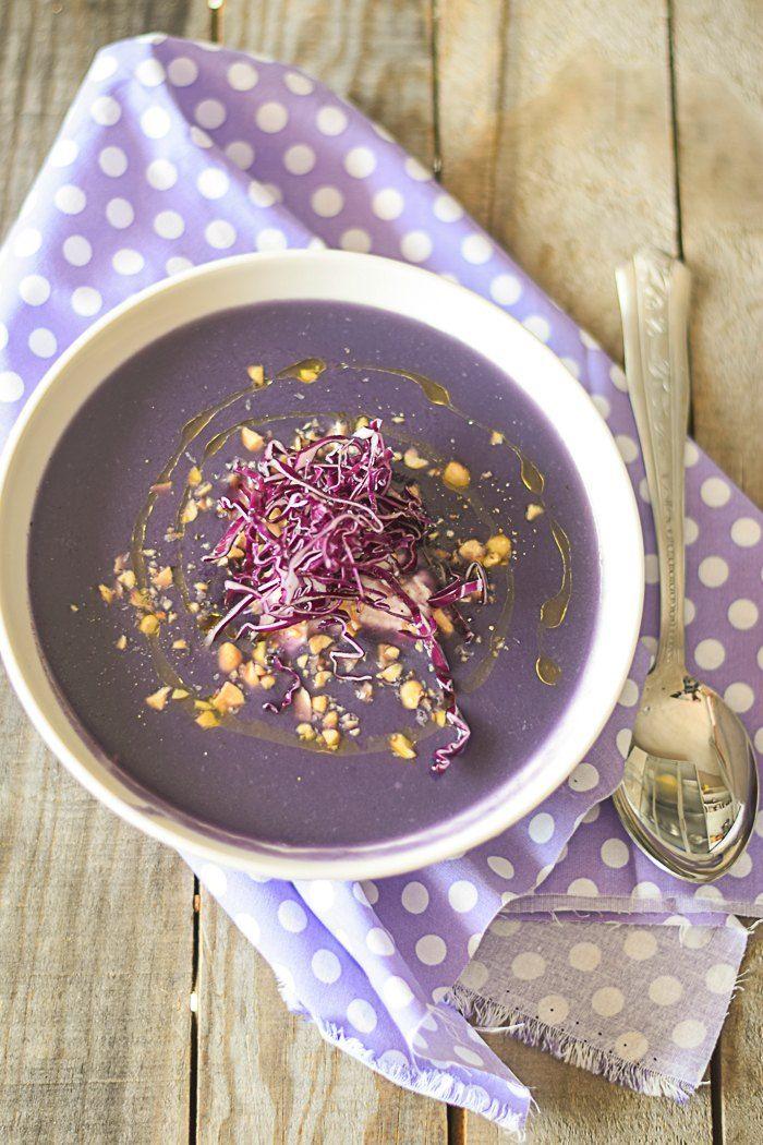 Vellutata di cavolo viola yogurt e arachidi