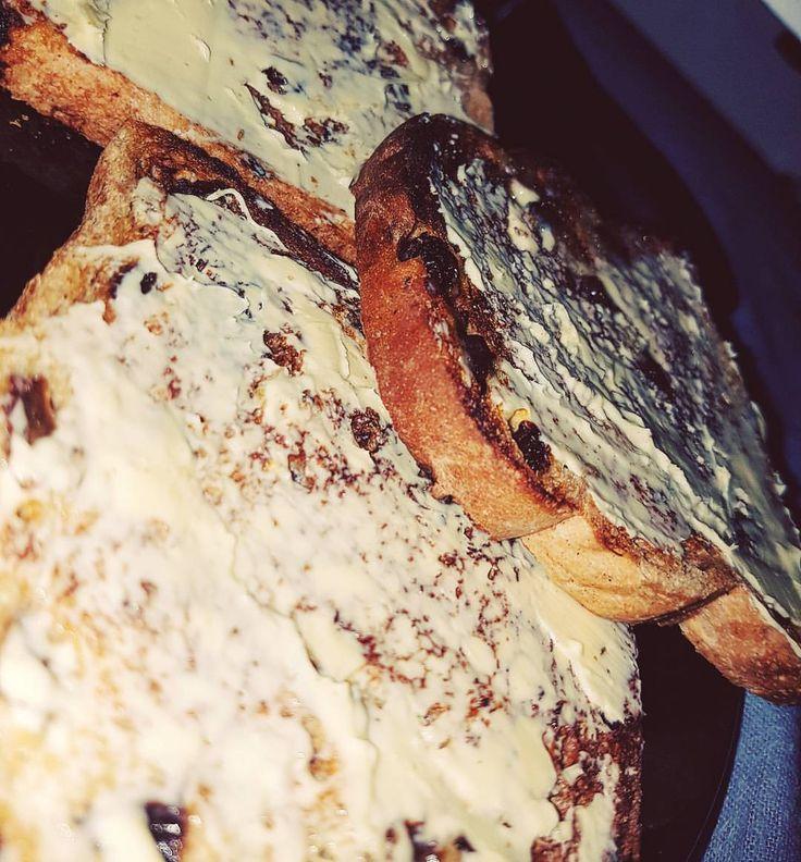 Se det här Instagram-inlägget från @greshaaan • Nothing is a more satisfying than mommys warm buttered toast...especially if its got raisins 😄