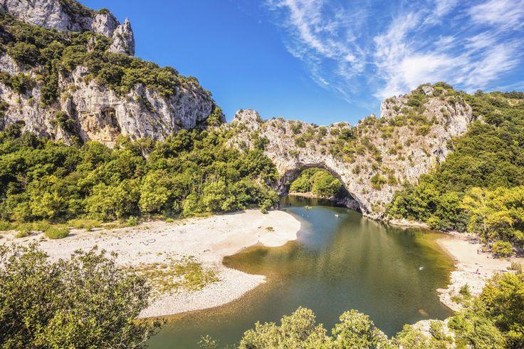 Pont d'Arc, France en Ardèche parmi les 10 arches les plus impressionnantes au monde. Ca donne des idées... Grimpeur, climbing...