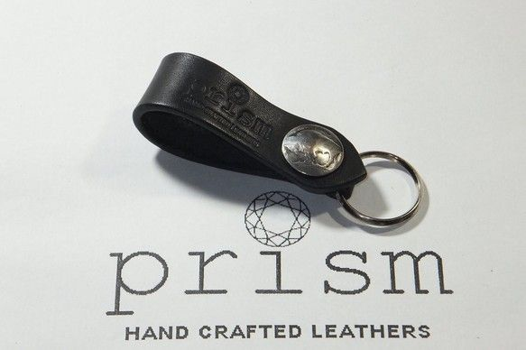 ■今回出品した作品は・・・ 黒色(ブラック)のヌメ革(サドルレザー)のキーフォブです。留め具部分に21mm径のバッファローのコンチョを使って、お洒落な感じに仕...|ハンドメイド、手作り、手仕事品の通販・販売・購入ならCreema。