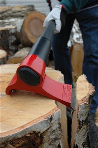 VIPUKIRVES™ has an ingenious design. Upon striking the log, it automatically turns to the right and detaches the chopped portion from the log. VIPUKIRVES™ functions like a convention axe with the exception that the user must loosen his/her the grip on the handle when the blade strikes the log. Chopped sections are removed with a single strike and the blade doesn't become lodged in the log, but keeps it in the same place and ready for the next strike //