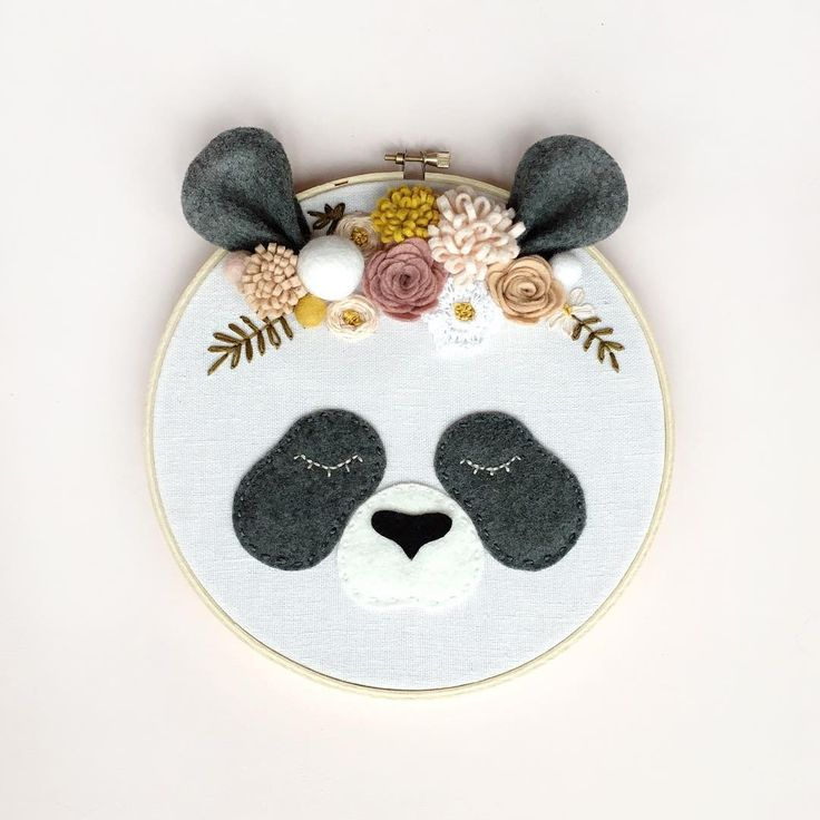 C'est suite à quelques essais erreurs, après y avoir rêvé et réfléchis pendant un bon moment que je vous présente le premier animal d'une longue série: Un panda. J'en referrai des grands et des petits dans les prochains jours. Ma tête bouillonne d'idées 🧡 . . . . . . #broderie #hoopart #stitch #embroidery #embroideryhoop #blush #panda #pandaart #stich #faitauquebec #artwork