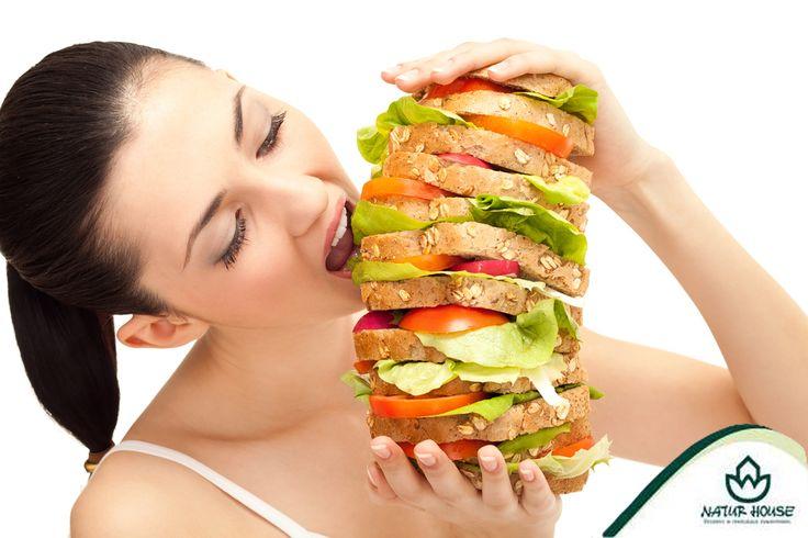 Częstym błędem przy diecie jest to, że jemy za rzadko i za mało! Gdy ograniczamy ilość spożywanych kalorii, powinniśmy rozłożyć je równomiernie na 4-5 posiłków, spożywanych co 3-4 godziny. Nie powinniśmy głodzić się cały dzień i zjadać tylko jeden posiłek dziennie – wtedy dostarczamy do organizmu dużo więcej kalorii niż jest on w stanie spalić!