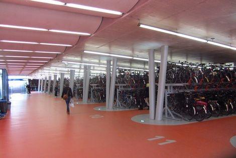 Dit zie ik voor me als ik aan mijn fietsenkelder denk. Mijn ontwerp is ook op deze overzichtelijke fietsenkelder gebaseerd. Het is schoon, net en veilig. Jonathan