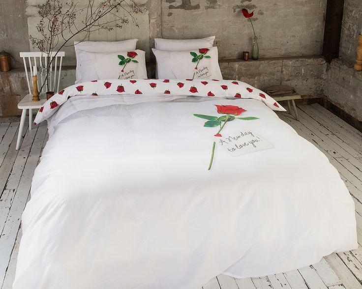 Het dekbedovertrek 'New Day' van DreamHouse Bedding heeft een simpel, maar romantisch ontwerp. De achtergrond is geheel wit gehouden, hierdoor komt de prachtige roos nog beter uit.