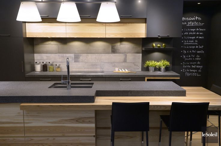 D'un côté, un espace classique, élégant, pur, immaculé. De l'autre, des lignes droites, nettes, des matériaux bruts et texturés. Pour ses cuisines clés en main, André...
