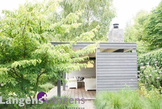 Zijaanzicht van de overkapping met zwevend plat dak
