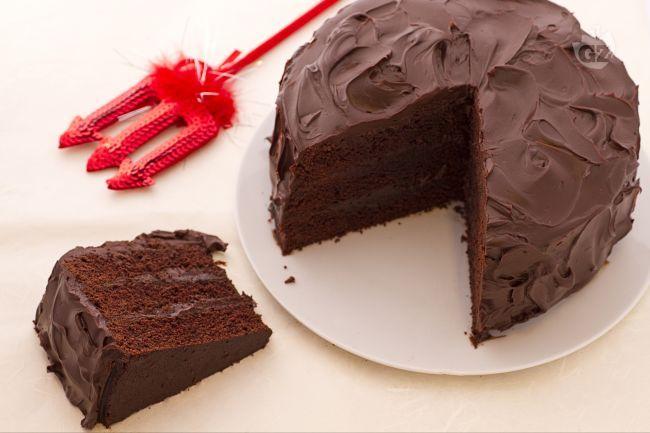 """La devil's food cake è una """"peccaminosa"""" torta di origine americana, preparata con più strati di soffice torta al cacao e farcita e ricoperta da una deliziosa ganache di cioccolato fondente!"""