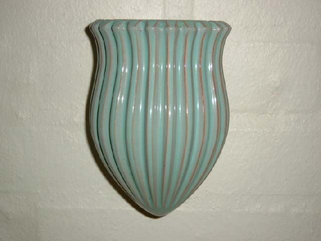 ESLAU vægvase/wall vase. År/year 1940-50s. #Eslau #vase #keramik #ceramics #pottery #danishdesign #nordicdesign #klitgaarden. SOLGT/SOLD from www.klitgaarden.net.