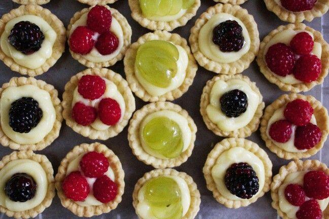 Mini tartas de frutas; crema pastelería, uvas y moras.