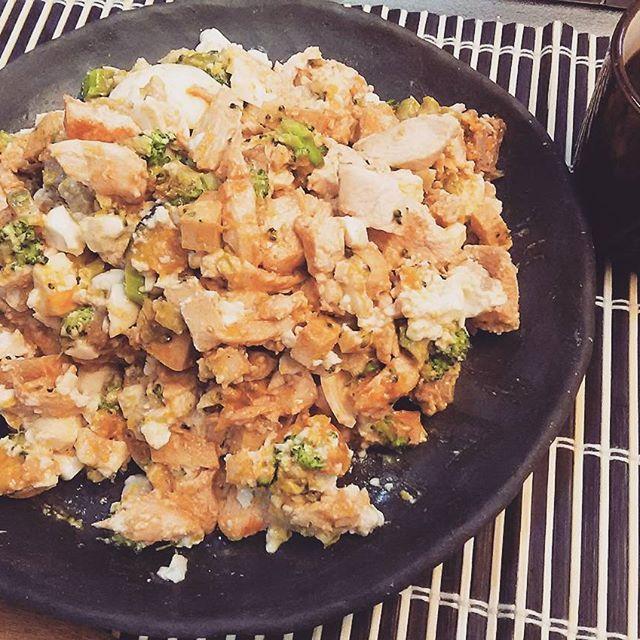 2016/11/25 08:30:05 proteinouji 今日も朝トレ(胸・肩・三頭)やりました💪 増量して扱うダンベルの重量が足りなくなってきたので、トータル20kg分のプレートを購入することにしました😃 * 朝食は、どハマりのタンパク質サラダです(代り映えしない画像ですみません😅) * 鶏胸・絹豆腐・高野豆腐・チーズ・ブロッコリー・ゆで卵・ミートボール・カボチャのサラダ * 総量700gでお腹いっぱいになりました😋 * * #筋肉 #筋トレ #ダイエット #低糖質  #料理 #トレーニング #男子ご飯 #フットサル #ファッション  #スイーツ男子 #ストイック  #和菓子  #ワークアウト #パンプアップ #肉体改造 #女子力 #夕飯 #ご飯 #健康  #自己管理 #ランニング #ジョギング  #朝食 #昼食 #夕食 #バルクアップ #クリーンバルク飯 #タンパク質サラダ  #健康