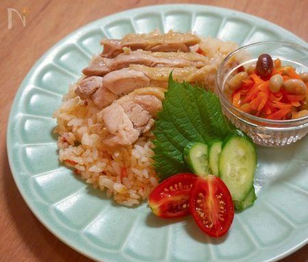 塩麹の効果でお肉はホロホロ、ごはんもふっくらと美味しく炊きあがります。  シンガポールチキンライスを家庭用に簡単にアレンジしました。