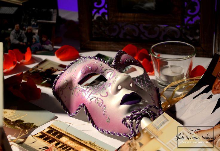 """Dekoracje stolika pamiątkowego na 35 rocznicę ślubu w całości wykonane przez Agencję Ślubną Sroczyńskich """"Ślub Ręcznie Robiony"""". Zdjęcia rodziny i przyjaciół otoczone elementami bajkowymi i karnawałowymi (impreza była przebierana:). List w butelce, weneckie maski, kufry ze skarbami, kapelusze i świece w latarenkach."""