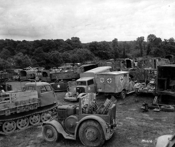 https://flic.kr/p/33Re6r | p000947.jpg | Dépôt de matériel allemand : beaucoup de camions, nous distinguons trois ambulances. Le tracteur chenillé à gauche est un Steyr 470 / Steyr RSO type 01 Raupenschlepper OST Daimler-Puch AG type RSO. Le tracteur au premier plan est un Lanz Bulldog Type  22/38 PS Kühlerbulldog HR 6. A noter, contrairement aux tracteurs agricoles, celui de la photo a le pot d'échappement en bas et dans la cabine ce doit être les roues métalliques pour terrains boueux…