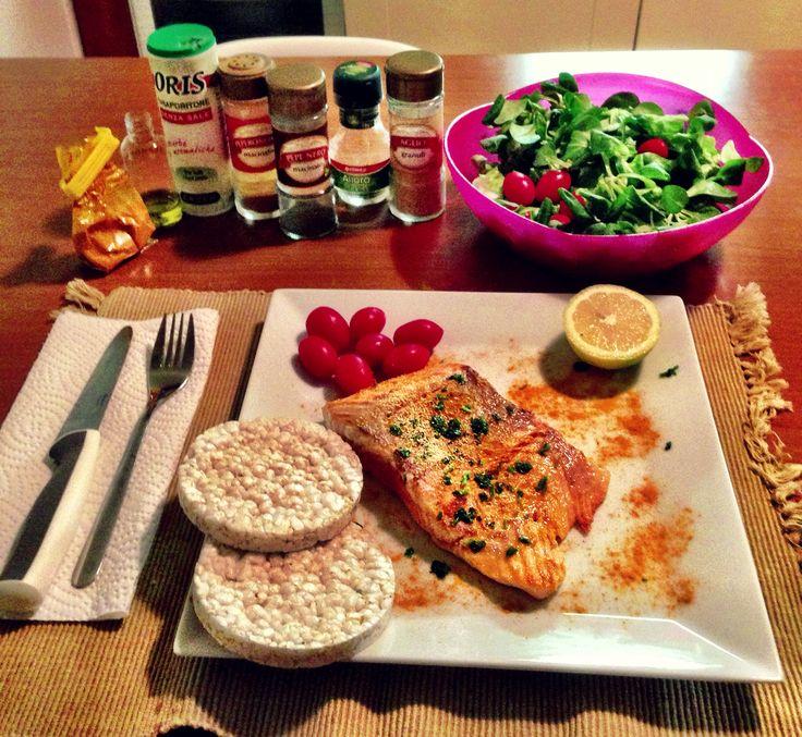 Pranzo proteico...il mio ! Salmone alla piastra, insalata valeriana, pomodorini, gallette di riso, pepe, prezzemolo e curcuma.