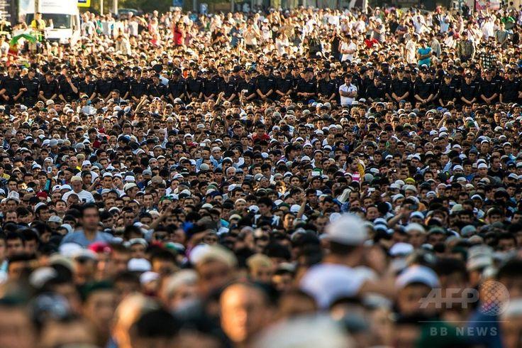 ロシア・モスクワ(Moscow)のモスクで、断食月「ラマダン(Ramadan)」の終わりを祝う祭り「イード・アル・フィトル(Eid al-Fitr)」の礼拝に臨むイスラム教徒たち(2014年7月28日撮影)。(c)AFP/DMITRY SEREBRYAKOV ▼30Jul2014AFP|断食月ラマダン終了、世界各地で「イード・アル・フィトル」 http://www.afpbb.com/articles/-/3021766 #Moscow