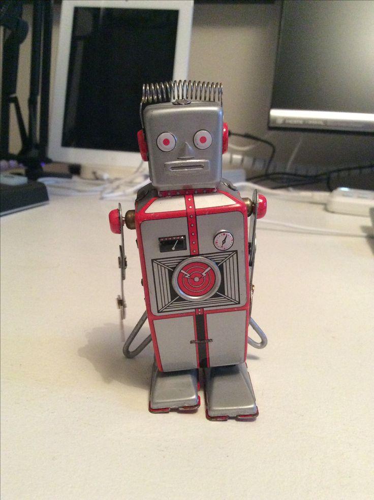 Florian Robot er vild med elektronisk musik og er opkaldt efter Florian Schneider-Esleben fra tyske Kraftwerk.