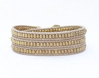 Perline ottone avvolgono il bracciale morbido beige filo poliestere, triplice involucro bracciale, dorato, oro