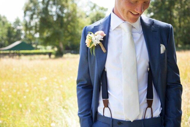 Prachtige foto nummer 3 van het blije bruidspaar met Hein Strijker bretels tijdens hun bruiloft. De bruidegom had op www.bretels.nl een afspraak gemaakt voor persoonlijk stijladvies. En het resultaat mag er wezen. #bretels #suspenders #braces #heinstrijker #dutchdandy #suits #suit #dandy #dandysyle