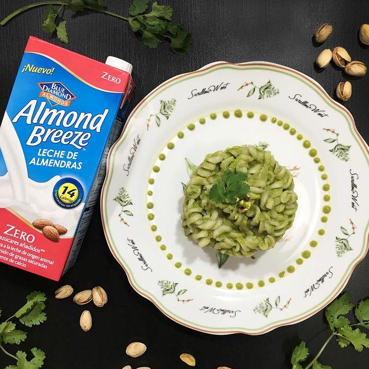 Fusilli con salsa verde de calabacín, cilantro y jengibre elaborada con bebida de almendras Almond Breeze