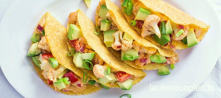 Vegetarisch gerecht van knapperige taco's gevuld met geroosterde bloemkool in romige saus