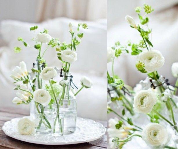 Leuk; bloemen in kleine vaasjes op een dienblad
