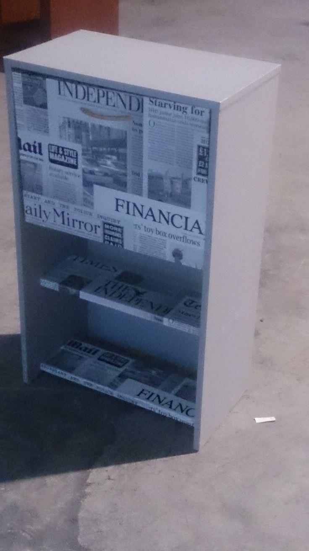 Zapatero reconvertido en zapatero cajonero empapelado con papel gris efecto pared y papel basado en el periodico Ner York times
