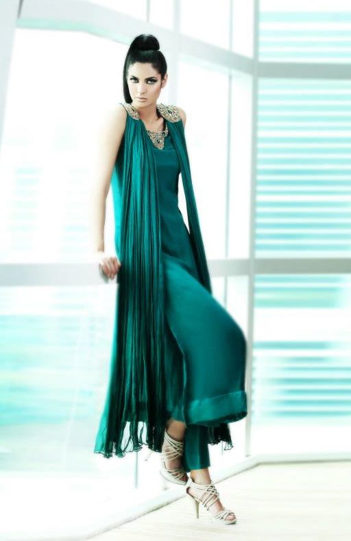 Such a clever way to wear the dupatta - drape over the front!