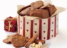 Skønne brune kager med mandler og stødte nelliker.