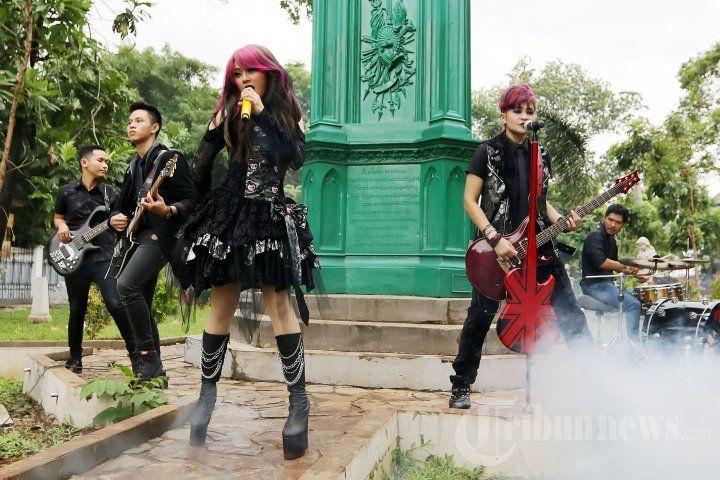 THE VIRGIN - Band duo The Virgin yang beranggotakan Mitha dan Dara saat membuat video klip single ketiga mereka dari album ke-2 yang bertajuk Bungkam di Museum Taman Prasasti , Jakarta Pusat, Sabtu (23/1/2016). Konsep video klip nya bergaya Gothic dan mereka pun rela harus kembali mengubah warna rambut. TRIBUNNEWS/JEPRIMA