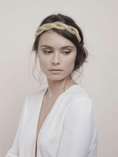 Un headband tressé avec un chignon et une mèche sur le côté
