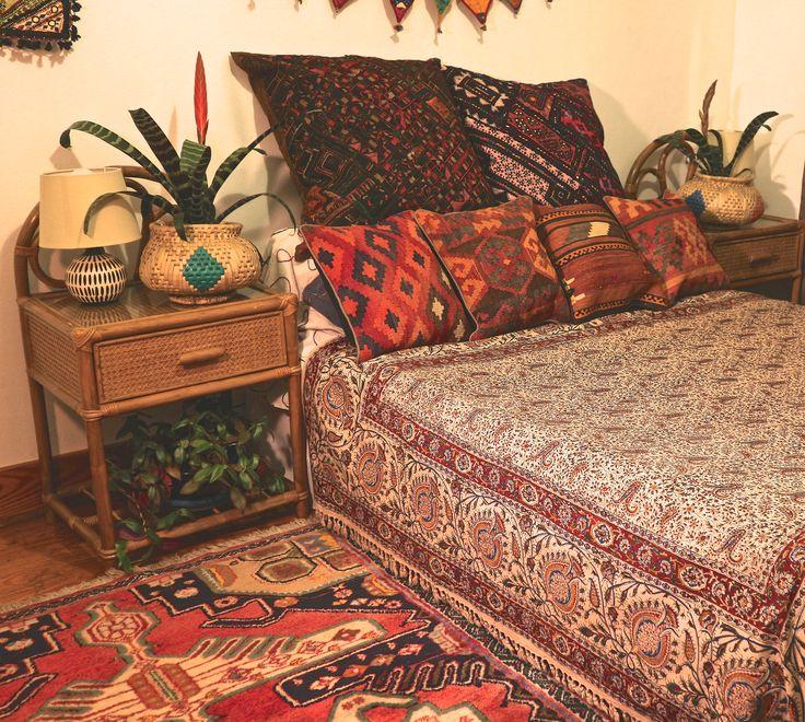 That 70's Boho Vibe #ghlamkarthrow #iranianthrow #kilim #cushion #kutchembroidery #bohemiandecor #bohemianbedding